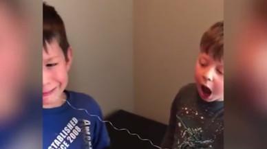 El drama d'un nen a l'arrencar-se una dent de llet que acaba amb final feliç