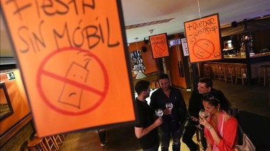 Fiesta sin m�viles en el Bare Nostrun de Barcelona.