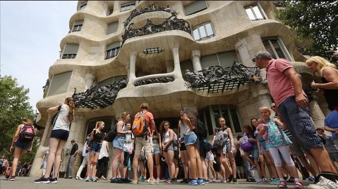 Turistas en la Casa Mil�.