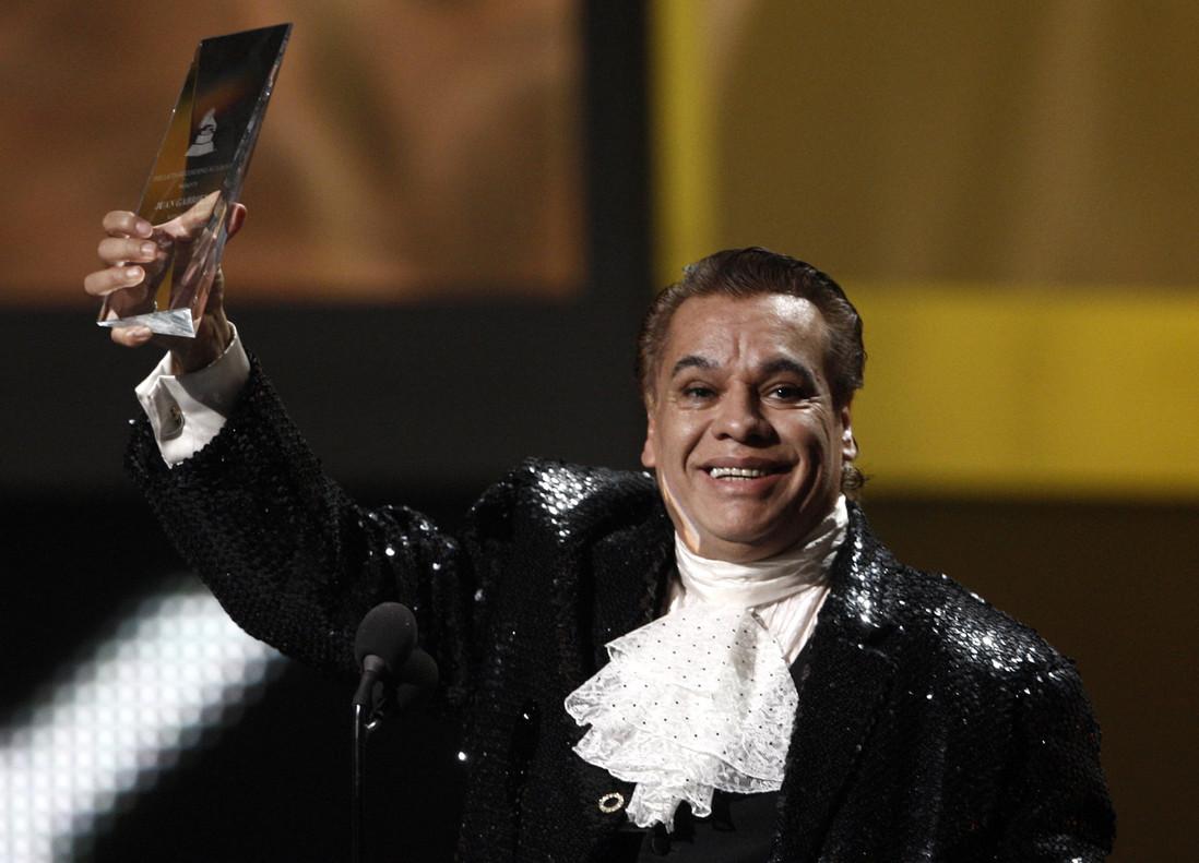 Juan Gabriel sostiene el Grammy al mejor artista latino del 2009.