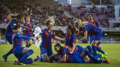 Las jugadoras del Barça se abrazan a Jenni Hermoso tras la consecución del primer gol ante el Rösengard, este miércoles en el Mini Estadi.