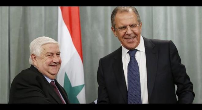 Lavrov (derecha) estrecha la mano de su hom�logo sirio, en Mosc�, este viernes.