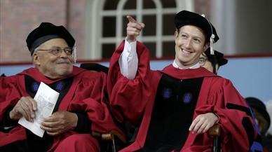 Mark Zuckerberg se gradúa en Harvard 12 años después de dejar la carrera