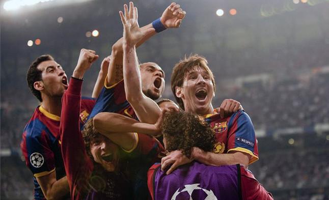 Messi enmudece el Bernabéu. Los jugadores del Barça festejan el segundo de los goles que el argentino marcó en el estadio madridista .