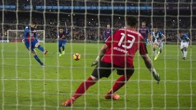Messi supera a Herrerín de penalti en el Barça-Leganés.