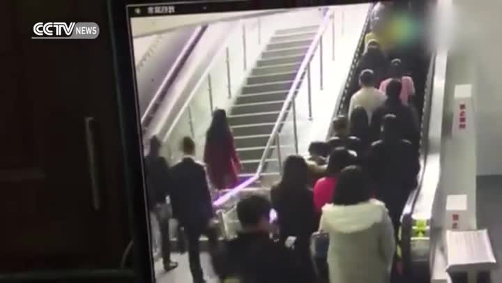 Un nuevo v�deo de un accidente en unas escaleras mec�nicas en China triunfa en Facebook