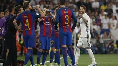 Ramos alza el pulgar de la mano izquierda hacia Piqué al dejar el campo expulsado.