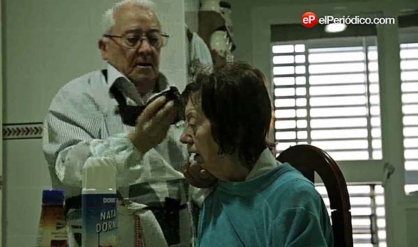 Pepe y Fuencisla. Ella tiene alzhéimer, él es su devoto marido.