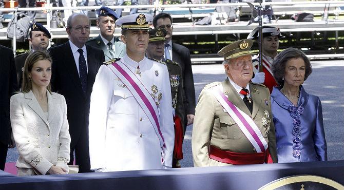 El Rei presideix entre aplaudiments de milers de ciutadans el seu últim dia de les Forces Armades