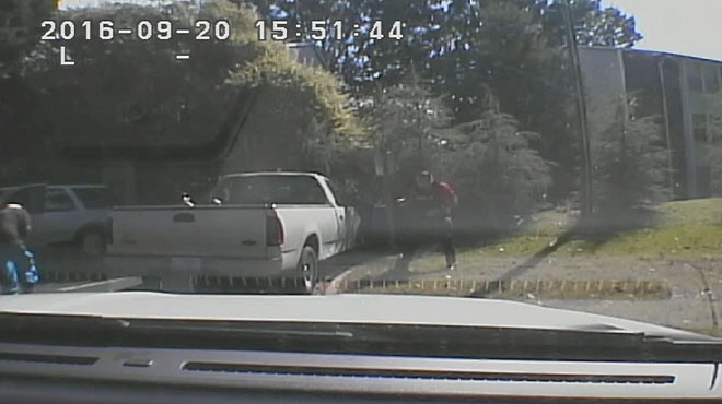 Els vídeos de la policia de la mort d'un home a Charlotte no aclareixen si anava armat