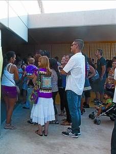 Alguns pares a l'escola Tarragona, ahir.