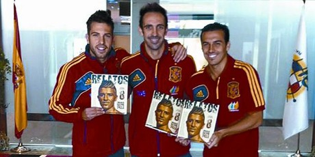 'La Roja' solidaria 8 Del Bosque, Alba, Juanfran y Pedro, con el libro solidario, ayer en Las Rozas.