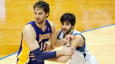 Ricky Rubio defiende a Pau Gasol.