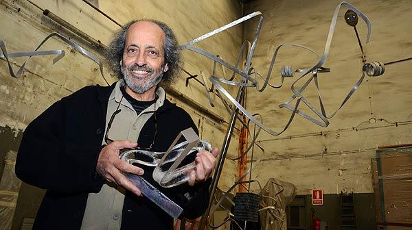 Ricard Vaccaro trabaja en las esculturas del Català de lany 2012