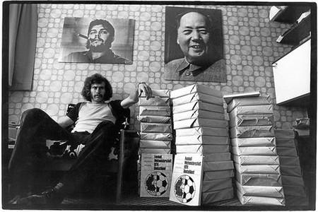 DEVOTO. Breitner, en su casa, decorada con pósteres de Mao y el Che.