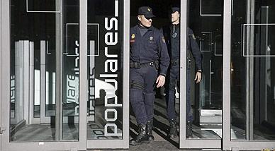 Agentes de la Policía Nacional durante el registro a la sede del PP, el pasado jueves.