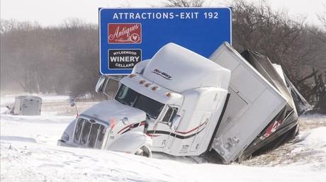 Un camión accidentado en una carretera de Illinois.