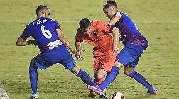 Messi intenta sortear a dos jugadores del Levante.