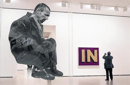 A l'esquerra, 'La Espera', de Dar�o Villalba, en primer terme i 'In', de Roy Lichtenstein. A la dreta, la instal�laci� 'Ciudad muralla' de Miquel Navarro.
