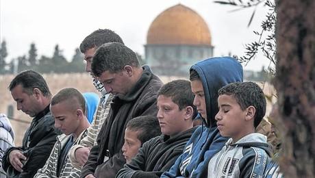 Palestinos rezan ayer en el barrio Ras al.Amud de Jerusal�n Este.