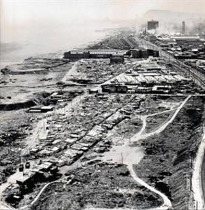 Camp de la Bota, 1971 8 En primer plano se ve el barrio del Parapeto; detr�s, a la izquierda, el Pek�n Nou; y m�s atr�s, los talleres de Renfe.
