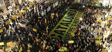 Unas 600 personas protestan en Sant Jaume por la querella contra Mas