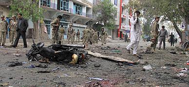 Destrozos en la calle donde ha ocurrido el atentado en la ciudad de Jalalaba, en Afganist�n