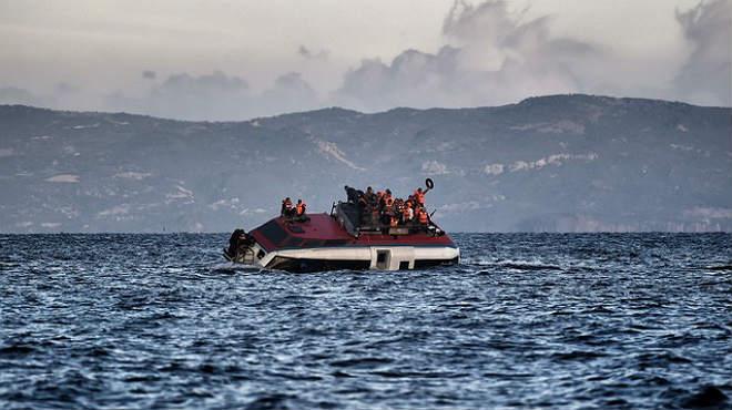 Sigue la afluencia de refugiados a la isla griega de Lesbos un día después de la tragedia que se saldó con 16 muertos