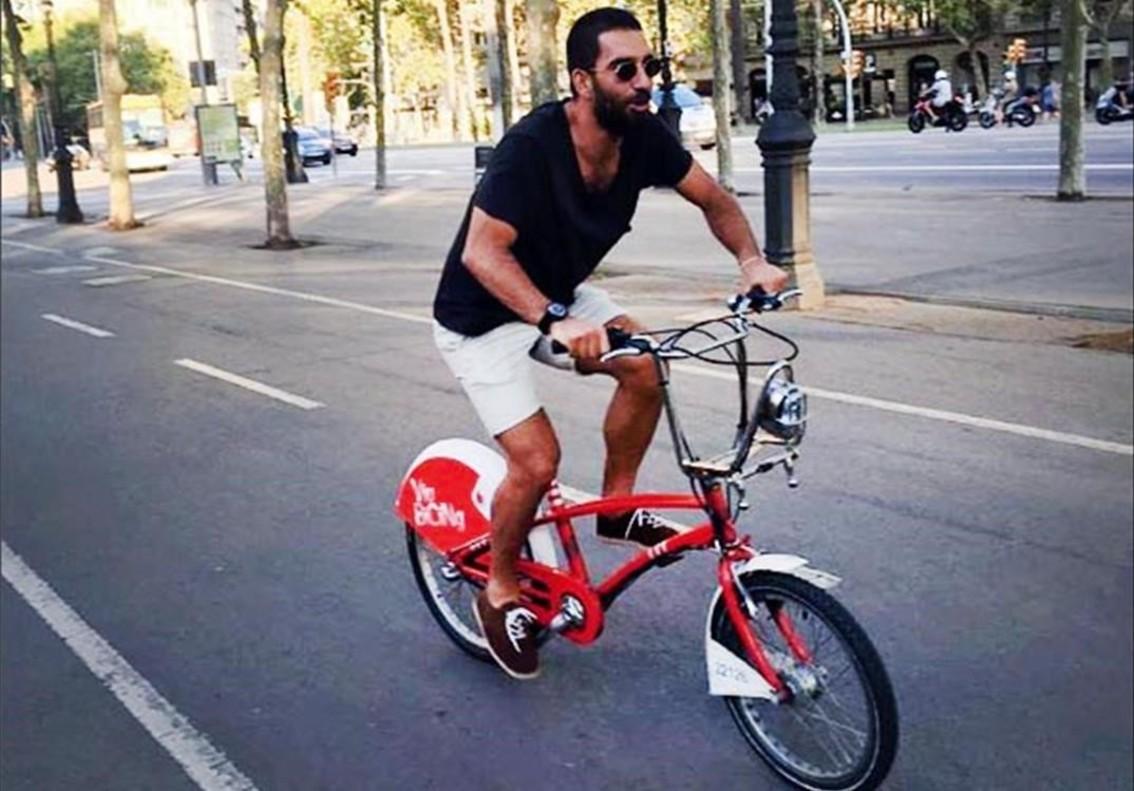 Arda Turan utilitza el Bicing