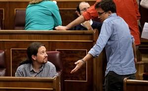Pablo Iglesias e Íñigo Errejón discuten en el hemiciclo del Congreso, el pasado 4 de abril.
