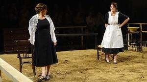 Un momento de la obra Bodas de sangre con Clara Segura y Nora Navas.