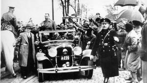 Hans Frank (de pie en el coche), llegando a Viena en mayo de 1933.