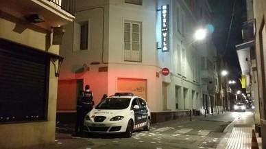 Veïns de Calella envolten un hotel on s'allotgen antiavalots