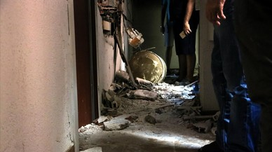 Un incendi en un pis obliga a tallar la Rambla de Barcelona