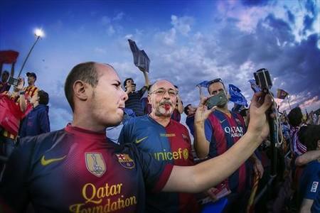 Aficionados del Bar�a pitan el himno en el Camp Nou, el pasado 30 de mayo.