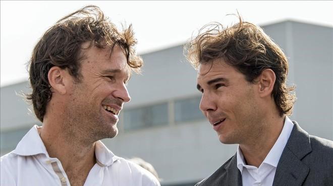 Carlos Moyà (izquierda) y Rafael Nadal, durante el acto de colocación de la primera piedra de la Rafa Nadal Academy.