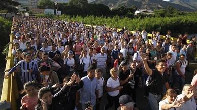 Una multitud de veneçolans travessen la frontera amb Colòmbia per proveir-se