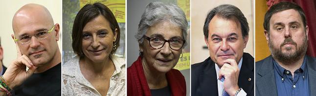 Els cinc primers candidats de la llista unitària pactada per CDC, ERC i les entitats sobiranistes: Raül Romeva, Carme Forcadell, Muriel Casals, Artur Mas i Oriol Junqueras.