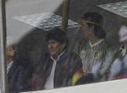 El presidente de Bolivia, Evo Morales, saluda al público que asistió ayer al partido de fútbol entre Boliiva y Argentina en La Paz.