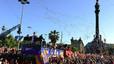 Una multitud de aficionados observa el paso de la caravana en el Paseo de Colón.