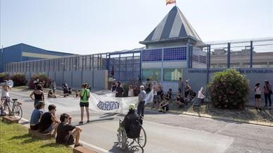 Peque�a concentracion de activistas contrarios a la reabertura del CIE (imagen de archivo).