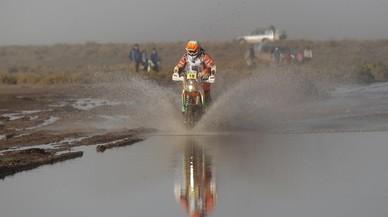 Laia Sanz condueix la seva KTM, durant l'etapa del Ral·li Dakar entre la ciutat boliviana d'Uyuni i Salta (Argentina).