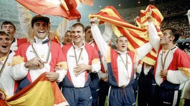 Los jugadores de la Seleccion Española de Fútbol celebran la medalla de oro conseguida.
