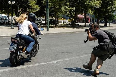 El ministro de Finanzas, Yanis Varoufakis, abandona el ministerio de Finanzas en su moto con su esposa, sin casco, en Atenas, ayer.