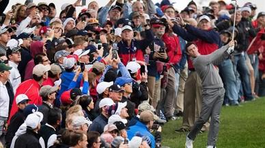 El norirland�s McIlroy da un golpe de salida ante una multitud en un entrenamiento de la Ryder en el Hazeltine National Golf Club.
