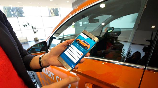 Leyre Olavarria, responsable de cotxe connectat de Seat, explica el sistema pilot de 'carsharing' i la connectivitat dels seus vehicles.
