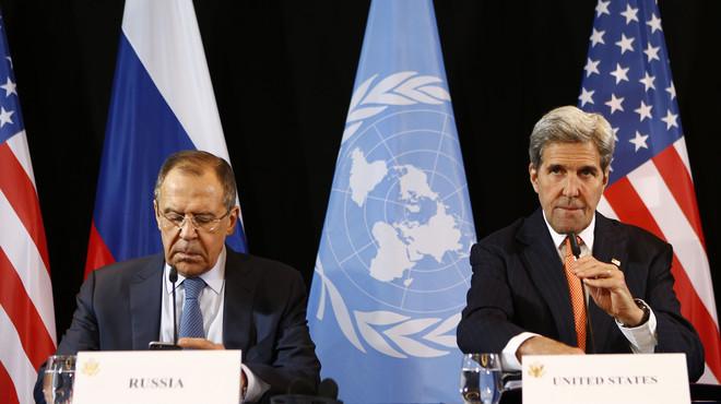 Sergei Lavrov y John Kerry, jefes de la diplomacia de Rusia y EEUU, durante la rueda de prensa en la que han anunciado el alto el fuego en Siria, este viernes en M�nich.