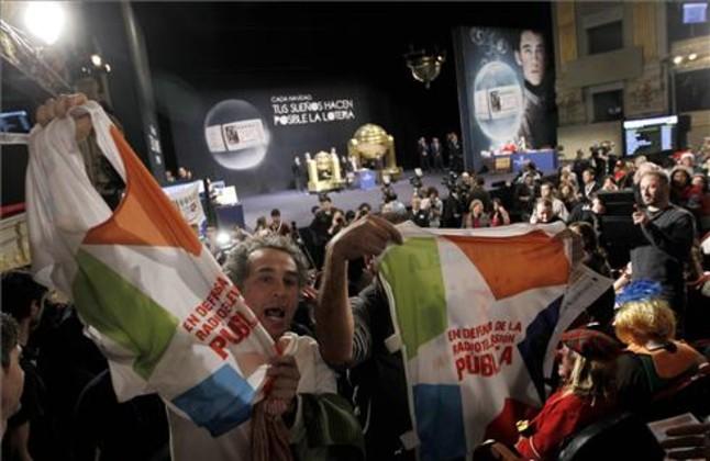 Trabajadores de la television Telemadrid protestan en el salon del Sorteo de la Loteria de Navidad