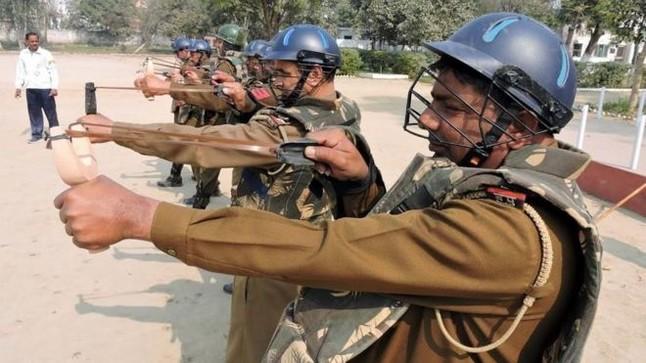 La policía india usará tirachinas contra los manifestantes