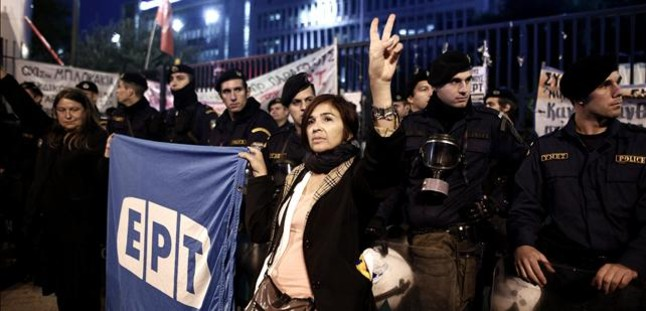Los trabajadores de la tele pública griega emiten las noticias desde la calle